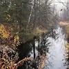Une étendue d'eau entourée d'arbres.