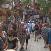Des touristes dans le Petit Champlain à Québec.