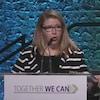 Tracy Allard s'adresse aux municipalités derrière un podium.