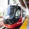 Le train léger d'Ottawa dans une station.