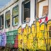 Un wagon de l'ancien train Hull-Chelsea-Wakefield avec des graffitis.