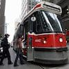 Des passagers montent à bord du tramway 504 au centre-ville de Toronto