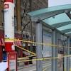 Photo d'une banderole de police jaune entourant un abribus à un arrêt de tramway