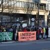 Des manifestants tiennent des affiches contre les projets énergétiques Coastal GasLink et Trans Mountain.
