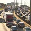 Des camions circulent sur une autoroute.