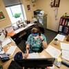 Une travailleuse de la santé contacte par téléphone des personnes potentiellement infectées par la COVID-19.