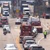 Un traversier à quai avec des véhicules qui en sortent.