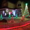 Un décor de Noël sur une pelouse à l'avant d'une maison.