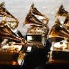 Huit trophées ayant la forme d'un Gramophone sont placés sur une table.