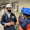 Justin Trudeau porte un casque de chantier accompagné de travailleurs dans une asciérie.