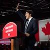 Justin Trudeau sur la scène saluant ses partisans.