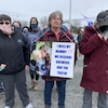 Des marcheurs demandent des explications à la GRC pour leur réponse à la tuerie d'avril 2020.