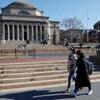 Deux étudiantes circulent avec des masques devant l'université Columbia à New York.