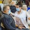 Un citoyen reçoit une première dose de vaccin contre la COVID-19 au centre de vaccination de Mont-Joli.