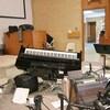 Un piano est à l'envers, l'équipement de musique est tombé et éparpillé