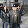 Jackie Vautour, un homme de 90 ans, sort du palais de justice. Quelques autres personnes en sortent aussi derrière lui.