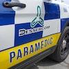 Un véhicule indiquant Paramédic porte le logo de Dessercom.