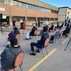 Des gens sur des chaises dans un stationnement