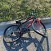 Le vélo endommagé de la victime; les roues avant et arrière sont tordues.