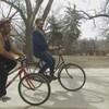 Un homme et une femme sur leurs vélos.