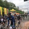 Une rangée de cyclistes pédalent.