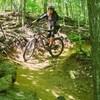 Une femme fait du vélo de montagne.