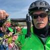 Gros plan d'un homme portant un casque de vélo et des lunettes de soleil.