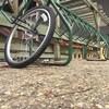 Une roue de bicyclette est attachée à son cadenas, mais le reste du vélo a été emporté par un voleur à l'Université de Winnipeg.