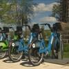 Quelques bicyclettes sont ancrées dans une station où il est possible de les emprunter.