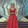 L'animatrice porte une robe rouge.