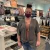 Une femme est au milieu d'un magasin de vêtements féminin.