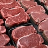 De la viande rouge en vente au supermarché.