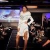 Une femme porte une robe inspirée par les traditions inuit.