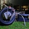 Un vieux pneu métamorphosé en décoration d'Halloween.