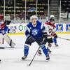 Un joueur de hockey sur la glace.