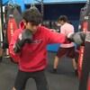 Vincent Millar porte des gants de boxe et frappe un sac.