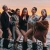 Les six femmes du Virago Nation posent en petites tenues, avec de gros manteaux de fourrure.