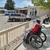 Deux personnes visitent, à l'extérieur, une résidente d'un centre de soins.
