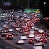 Des voitures circulent sur une autoroute aux États-Unis.