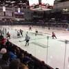 Vue de la patinoire pendant un match de hockey.