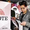 Une Américaine vote lors des élections présidentielles.