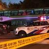 Le VUS au capot embouti à côté d'un autobus GO et d'un véhicule de police.