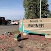 Bienvenue à Warner est écrit sur une pierre rectangulaire à l'entrée du village.