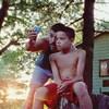 Image tirée du film <em>We the Animals</em> montrant les acteurs Raúl Castillo et Evan Rosado, se tenant devant une maison située dans un secteur boisé.