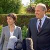 La députée du parti vert Sonia Furstenau (à gauche) et l'ancien chef Andrew Weaver répondent aux questions des médias à Victoria, en Colombie-Britannique.