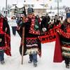 Les chefs héréditaires de Wet'suwet'en Rob Alfred, John Ridsdale et Antoinette Austin, qui s'opposent au pipeline Costal Gaslink, participent à un rassemblement à Smithers, en Colombie-Britannique.