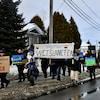 Des manifestants marchent avec des affiches.