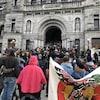 Des manifestants rassemblés devant les portes de l'Assemblée législative de Victoria, en Colombie-Britannique.