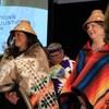 Deux femmes qui portent des couvertures et des chapeaux traditionnels autochtones