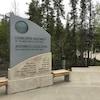 Un petit monument devant des arbres indique qu'il s'agit de l'entrée de l'Assemblée législative des Territoires du Nord-Ouest